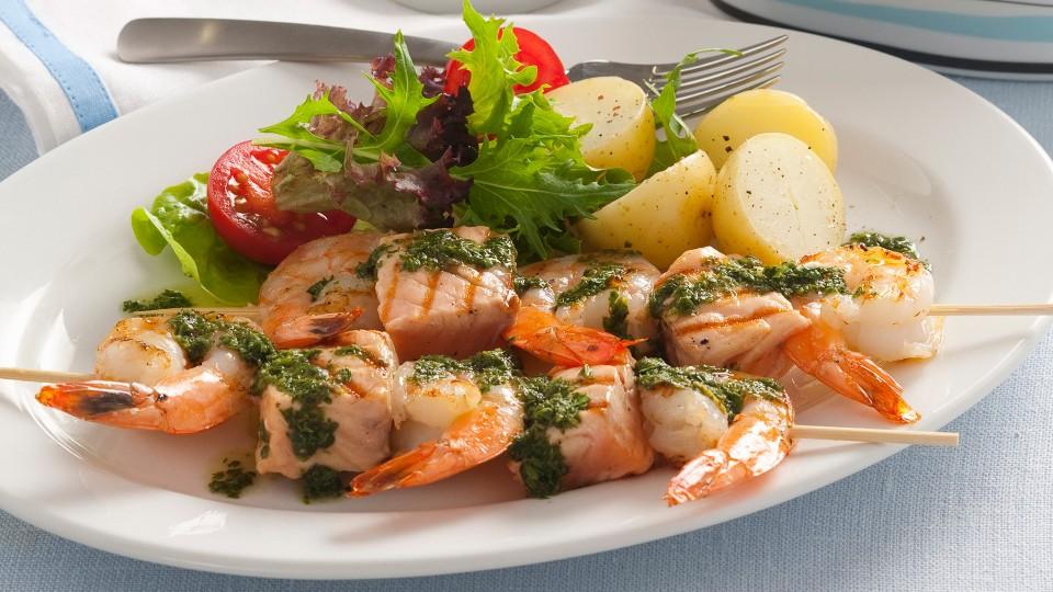 Brocheta de salmón ahumado y langostinos